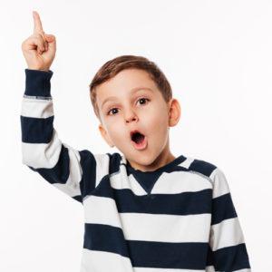 Enfant qui lève le doigt